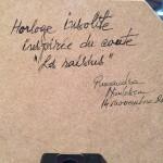 """La signature de l'horloge insolite inspirée du conte """"les raisins"""" par Ruxandra Nicolescu"""