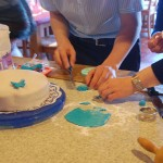 Une équipe qui élabore la décoration du gâteau